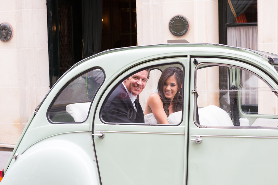 bride and groom in the 2 CV car