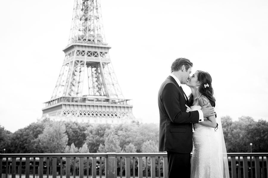 initmate wedding Paris - portraits on Pont Bir Hakeim